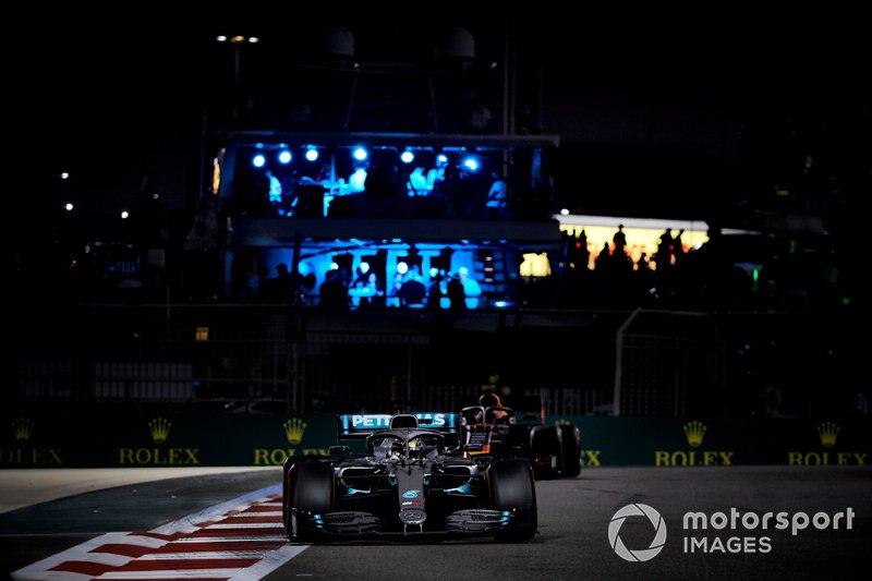 Lewis Hamilton, Mercedes AMG F1 W10, precede Alexander Albon, Red Bull RB15