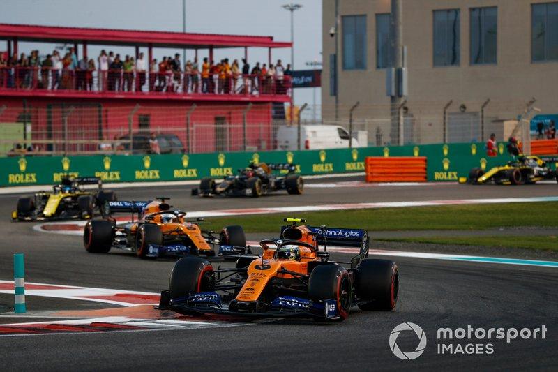 Lando Norris, McLaren MCL34, Carlos Sainz Jr., McLaren MCL34 y Daniel Ricciardo, Renault F1 Team R.S.19