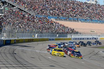 Joey Logano, Team Penske, Ford Mustang Pennzoil and William Byron, Hendrick Motorsports, Chevrolet Camaro Axalta restart