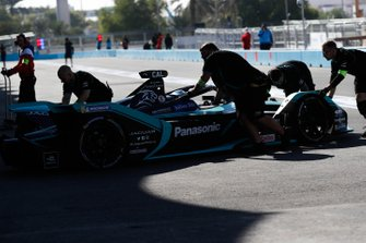 Mechanics push James Calado, Jaguar Racing, Jaguar I-Type 4 torna in garage