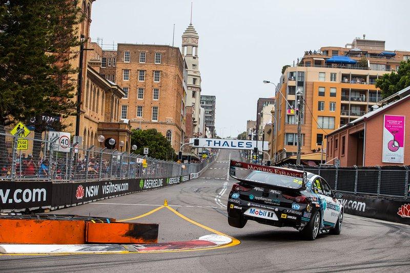 Джеймс Кортни за рулем Holden Commodore ZB на этапе серии Supercars в Ньюкасле