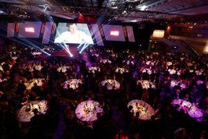 Panoramica della hall e degli ospiti seduti ai tavoli