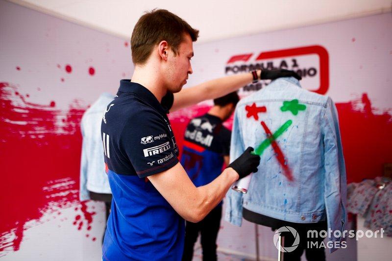 Daniil Kvyat, Toro Rosso pinta una chaqueta con aerosol