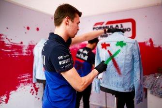 Daniil Kvyat, Toro Rosso spray painting a jacket