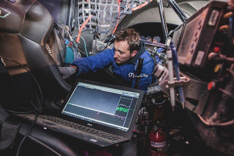 Mecánicos trabajan en el Red Bull Off-Road Team USA OT3