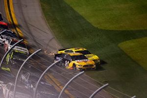 Clint Bowyer, Stewart-Haas Racing, Ford Mustang, Michael McDowell, Front Row Motorsports, Ford Mustang, crash