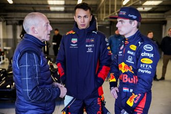 Max Verstappen, Red Bull Racing e Alexander Albon, Red Bull Racing guidano la Red Bull Racing Aston Martin Valkyrie con il test driver Aston Martin Chris Goodwin