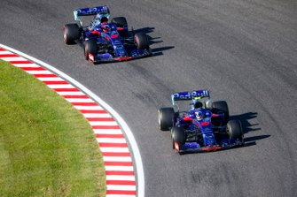 Pierre Gasly, Toro Rosso STR14, leads Daniil Kvyat, Toro Rosso STR14