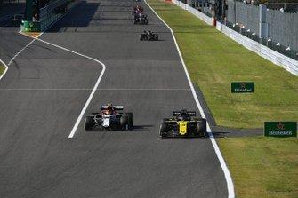 Daniel Ricciardo, Renault F1 Team R.S.19, passe Antonio Giovinazzi, Alfa Romeo Racing C38