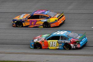 Kyle Busch, Joe Gibbs Racing, Toyota Camry M&M's Hazelnut, Ricky Stenhouse Jr., Roush Fenway Racing, Ford Mustang SunnyD