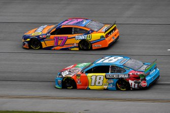 Kyle Busch, Joe Gibbs Racing, Toyota Camry M&M's Hazelnut and Ricky Stenhouse Jr., Roush Fenway Racing, Ford Mustang SunnyD