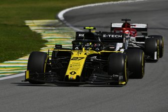 Nico Hulkenberg, Renault F1 Team R.S. 19, leads Kimi Raikkonen, Alfa Romeo Racing C38