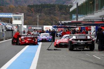 Autos der SUPER GT in der Boxengasse