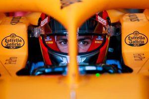 Carlos Sainz, McLaren MCL35 in the garage