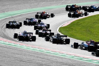 Lewis Hamilton, Mercedes AMG F1 W10, devant Carlos Sainz Jr., McLaren MCL34, Lando Norris, McLaren MCL34, Alex Albon, Red Bull RB15, Pierre Gasly, Toro Rosso STR14, Nico Hulkenberg, Renault F1 Team R.S. 19, Lance Stroll, Racing Point RP19, et le reste du peloton