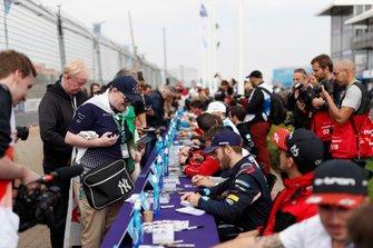 Sam Bird, Virgin Racing signe des autographes