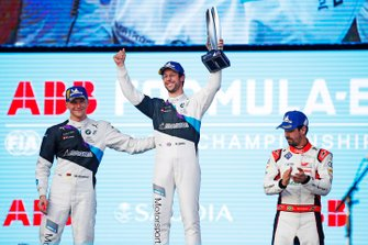 Podium: Winnaar Alexander Sims BMW I Andretti Motorsports, tweede plaats Maximilian Günther, BMW I Andretti Motorsports, en derde plaats Lucas Di Grassi, Audi Sport ABT Schaeffler