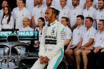 Lewis Hamilton, Mercedes AMG F1, posent pour une photo de groupe