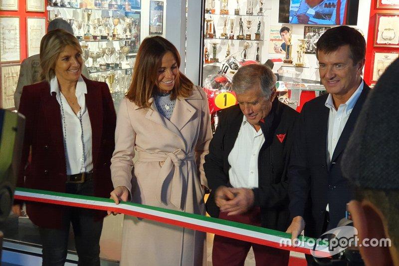Giacomo Agostini corta la cinta inaugural, con representantes políticos de Bérgamo