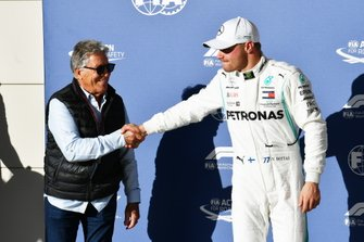Mario Andretti presents the Pirelli pole position award to Valtteri Bottas, Mercedes AMG