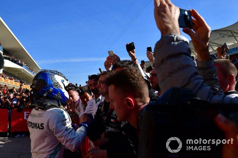 Valtteri Bottas, Mercedes AMG F1, 1ª posición, celebra con su equipo en el Parc Ferme