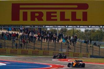 Ландо Норрис, McLaren MCL34, и Кевин Магнуссен, Haas F1 Team VF-19