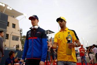 Daniil Kvyat, Toro Rosso, with Daniel Ricciardo, Renault F1 Team