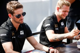 Romain Grosjean, Haas F1 and Kevin Magnussen, Haas F1 sign an autographs for a fan