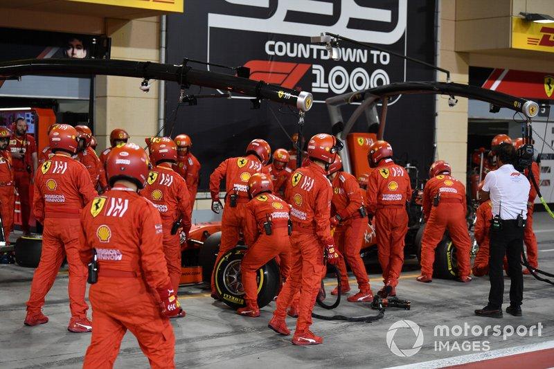 The Ferrari pit crew change the nose on Sebastian Vettel, Ferrari SF90