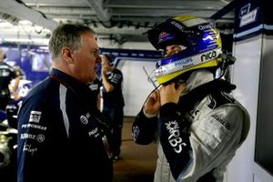 Patrick Head, Director of Engineering, Williams Toyota. talks with Nico Rosberg, Williams FW29 Toyota