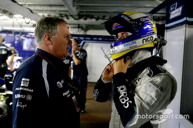 Patrick Head, Director de Ingeniería, Williams Toyota. Conversa con Nico Rosberg, Williams FW29 Toyota.
