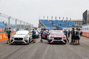 Cacá Bueno, Jaguar Brazil Racing, Simon Evans, Team Asia New Zealand, on the grid