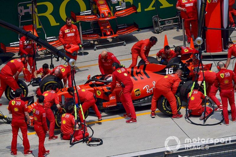 Charles Leclerc, Ferrari SF90, ai box durante le prove libere