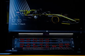 Les écrans sur le muret des stands Renault F1 Team