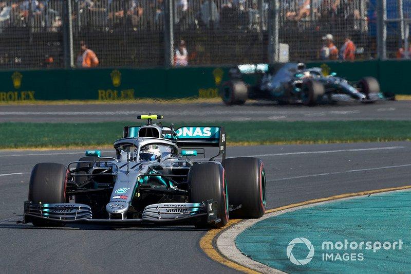 Valtteri Bottas, Mercedes AMG W10, lidera a Lewis Hamilton, Mercedes AMG F1 W10