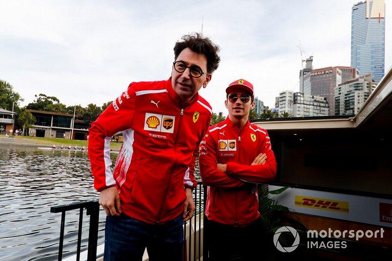 Mattia Binotto, director de Ferrari y Charles Leclerc, Ferrari, camino al evento con los fans en la Federation Square