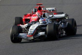 Kimi Raikkonen, McLaren Mercedes MP4/20 pasa a Michael Schumacher, Ferrari F2005