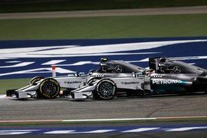 Nico Rosberg, Mercedes W05, por delante de Lewis Hamilton, Mercedes W05