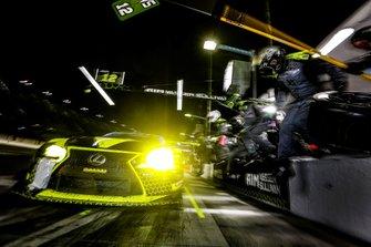#12 AIM Vasser Sullivan Lexus RC F GT3, GTD: Frank Montecalvo, Townsend Bell, Aaron Telitz, Jeff Segal, pit stop