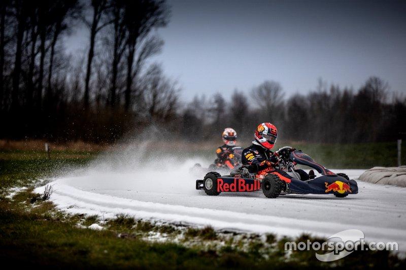 Max Verstappen (fundo) e Pierre Gasly participam de ação da Red Bull de kart no gelo