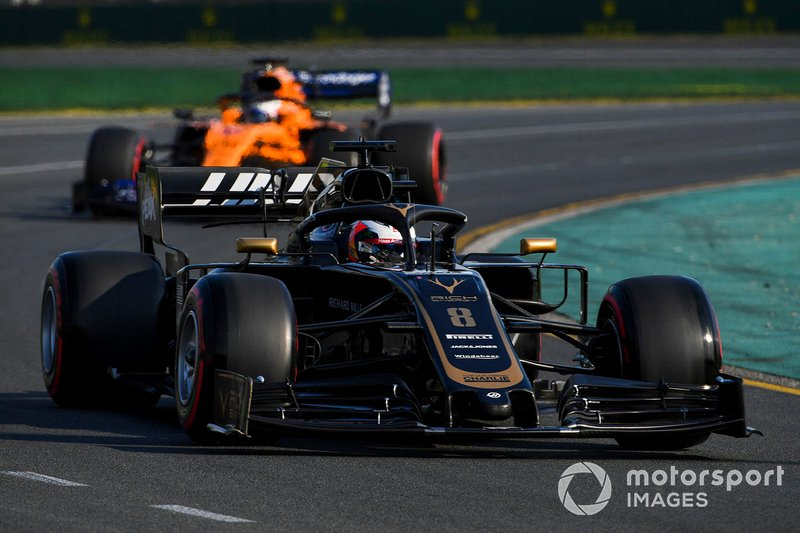 Romain Grosjean, Haas F1 Team VF-19 y Carlos Sainz Jr., McLaren MCL34