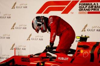 Charles Leclerc, Ferrari, troisième, arrive dans le Parc Fermé