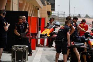 Red Bull Racing team members changing the front of Dan Ticktum, Red Bull Racing RB15