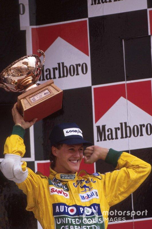 Schumacher levanta troféu pelo terceiro lugar no GP do México de 1992
