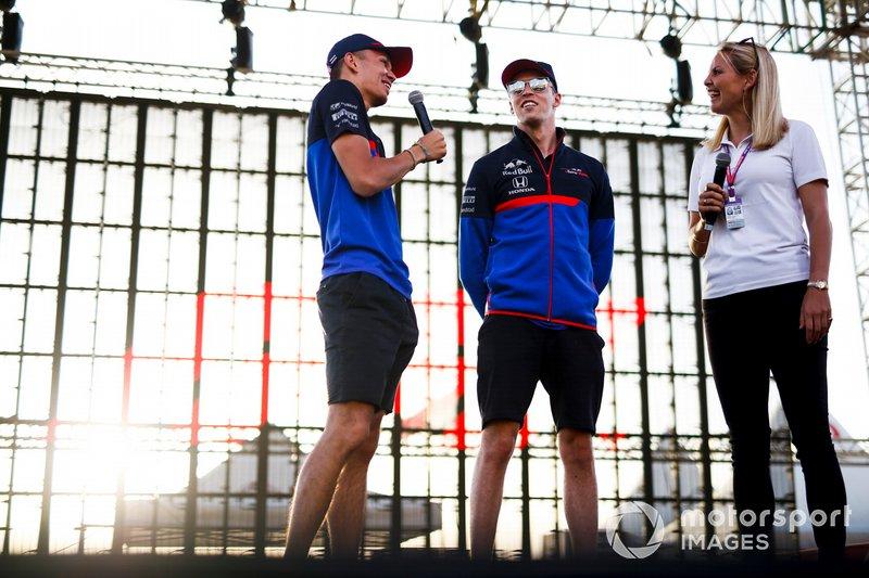 Alexander Albon, Toro Rosso, Daniil Kvyat, Toro Rosso y Rosanna Tennant, presentadora