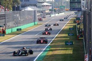 Lewis Hamilton, Mercedes W12, Charles Leclerc, Ferrari SF21, Carlos Sainz Jr., Ferrari SF21