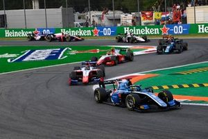 Guanyu Zhou, Uni-Virtuosi Racing, leidt voor Robert Shwartzman, Prema Racing, en Oscar Piastri, Prema Racing