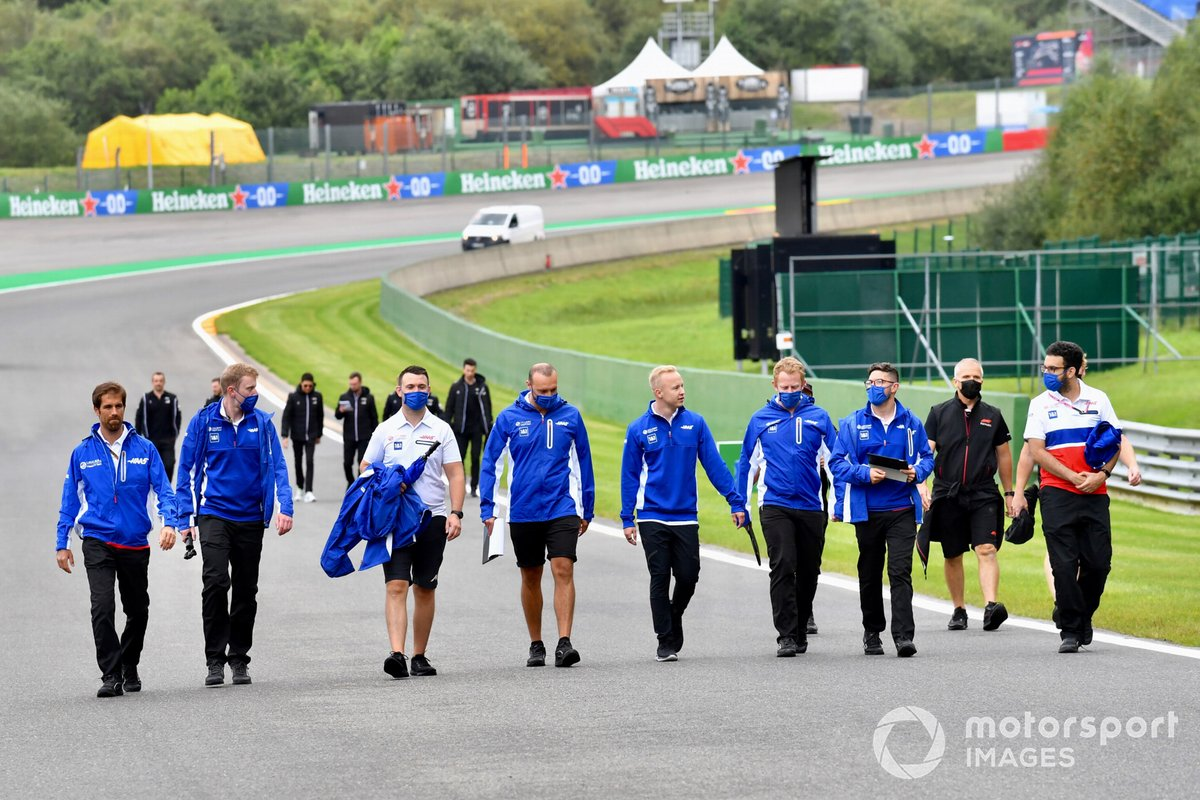 Nikita Mazepin, Haas F1, recorre la pista con miembros de su equipo