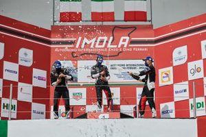 Il Podio di Gara 2: Leonardo Caglioni, Ombra Racing, Marzio Moretti, Bonaldi Motorsport e Alessandro Giardelli, Dinamic Motorsport festeggiano sul podio
