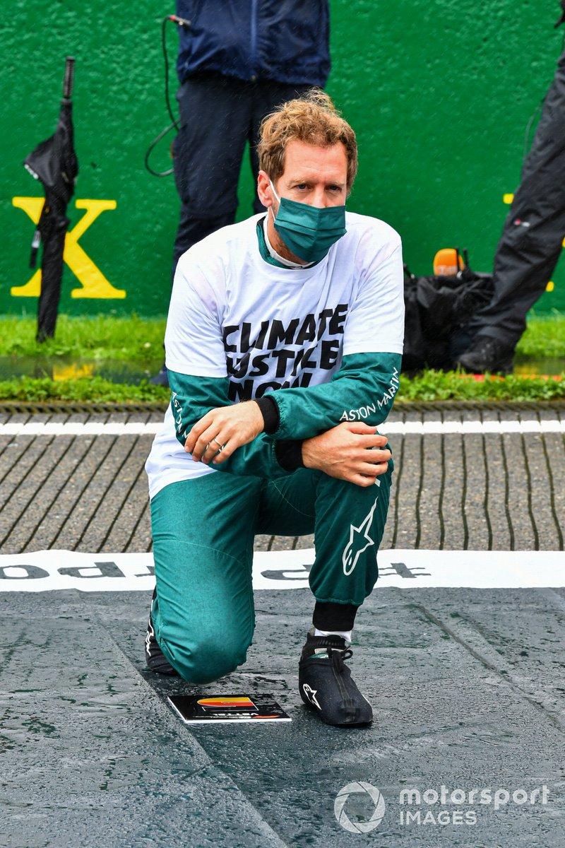 Sebastian Vettel, Aston Martin, se arrodilla en la parrilla